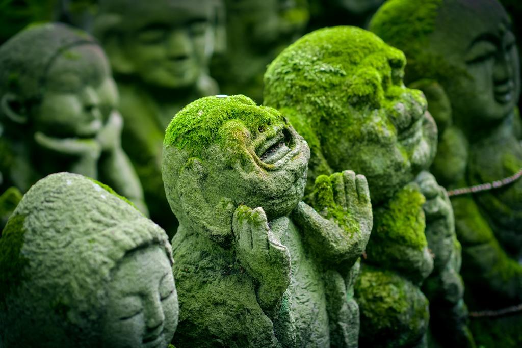 Steinfiguren voll Glück und Frieden